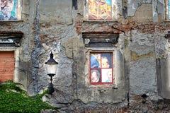 Mur avec la lampe et les fenêtres peintes image libre de droits