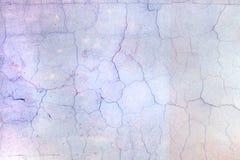 Mur avec la peinture lilas pâle criquée Beau fond avec la vignette Texture de vieille couverture avec des fissures images stock