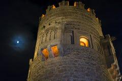 Mur avec la porte de Toledo la nuit, beau bâtiment avec la grande porte Images stock