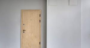 Mur avec la porte en bois Images libres de droits