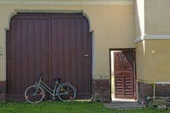 Mur avec la porte et porte ouverte dans le village de Biertan, Roumanie Photo stock