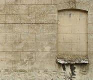 Mur avec la texture en pierre continue au-dessus de l'hublot Photo libre de droits