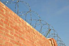 Mur avec le barbelé Images libres de droits