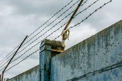 Mur avec le barbelé Image stock