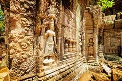 Mur avec le bas-relief du temple antique de som de ventres, Angkor, Cambodge Photos libres de droits