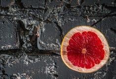 Mur avec le pamplemousse Photographie stock libre de droits