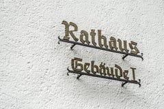 Mur avec le signe indiquant Rathaus Gebaeude 1 hôtel de ville allemand de traduction d'hôtel de ville construisant 1 Images libres de droits