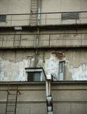 Mur avec le vieux toit de bâtiment Photo stock