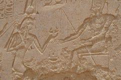 Mur avec les hiéroglyphes antiques de l'Egypte, temple de Karnak Photos stock