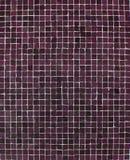 Mur avec les tuiles de mosaïque pourprées roses Images libres de droits