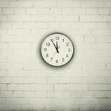 Mur avec une horloge Images stock