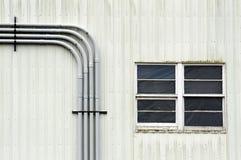 Mur blanc avec des fenêtres et des conduits Photo libre de droits