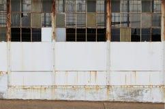 Mur blanc avec les fenêtres cassées Images stock