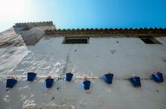 Mur blanc avec les pots de fleur bleus à Cordoue, Andalousie Espagne images stock