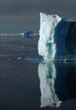 Mur blanc-bleu Sunlit de glace Photos stock