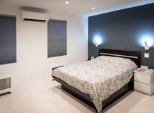 Mur blanc d'accent de plancher de chambre à coucher moderne dans le gris Photo libre de droits