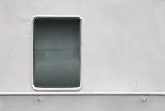 Mur blanc de bateau avec l'hublot et la balustrade Images libres de droits