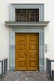 Mur blanc et nouvelle porte en bois jaune Photos stock