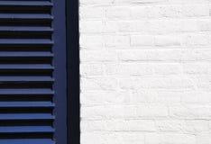 Mur blanc et obturateur bleu Photos libres de droits