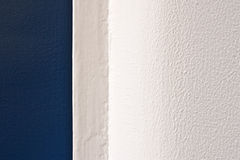 Mur blanc et trappe bleue Photo libre de droits