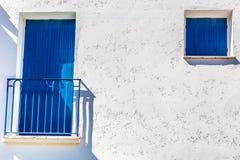 Mur blanc et Window&Door-port bleu Grimaud, France Image libre de droits