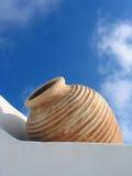 Mur blanc, vase beige, ciel bleu, Santorini, Grèce Photographie stock libre de droits