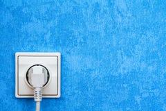 Mur bleu avec la prise électrique Images stock