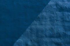 Mur bleu. Lumière du soleil et ombre Photographie stock