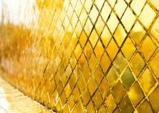 Mur brillant de tuile de mosaïque d'or, fond de texture dans la perspective Photo libre de droits