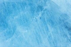 Mur brouillé en gros plan d'un glacier pluricentenaire avec une structure des rayures et des bulles Texture légère de bleu glacie images libres de droits