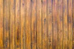 Mur brun jaune de barrière des planches en bois Lignes verticales Texture de surface approximative images libres de droits