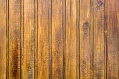 Mur brun jaune de barrière de plan rapproché en bois de planches Lignes verticales Texture de surface approximative photo stock