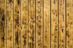 Mur brun jaune de barri?re des conseils en bois naturels Lignes verticales Texture de surface approximative image libre de droits