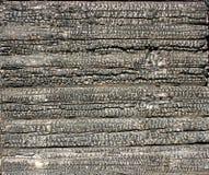 Mur carbonisé d'une maison faite en pin Photographie stock
