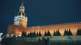 Mur carré rouge d'horloge de Kremlin de panorama, la cathédrale de Basil de saint, jouets de Noël, justes clips vidéos