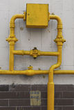 Mur carrelé avec des valves d'un tuyau de gaz Photos stock