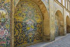 Mur carrelé du palais de Golestan, un site d'héritage de l'UNESCO dans images stock