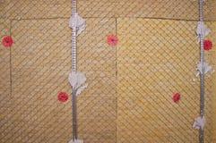 Mur chaud isolé avec la laine en pierre photographie stock libre de droits