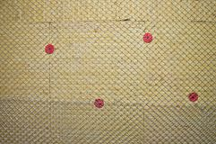 Mur chaud isolé avec la laine en pierre photos stock