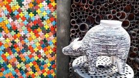Mur coloré de céramique et de bambous avec le buffle noir et blanc en céramique Photos libres de droits