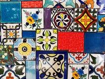 Mur coloré de carreaux de céramique de cru images libres de droits