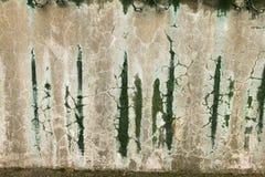 Mur coloré modifié de corrosion avec les taches, les éraflures et les failles moisies Photos stock