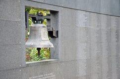 Mur commémoratif avec des milliers de noms de la cloche tombée et de Monter photos stock