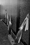 Mur commémoratif de déplacement du Vietnam avec des plumes pour honorer tous les Natifs américains Photos libres de droits