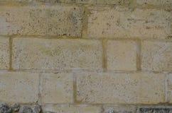 Mur construit avec de grands blocs de chaux photo stock
