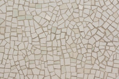 Mur couvert de mosaïques irrégulières photo stock