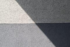 Mur couvert de plâtre texturisé gris et gris pâle photos libres de droits