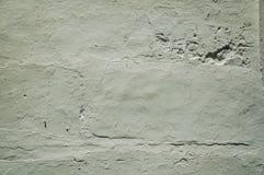 Mur couvert par le plâtre rugueux de quelques fissures et ébréché photo libre de droits