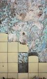 Mur criqué avec la peinture et les tuiles d'écaillement Photographie stock libre de droits