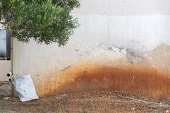 Mur criqué grunge abandonné de stuc Photos stock